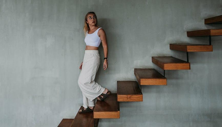 Merdivenden inen kadın