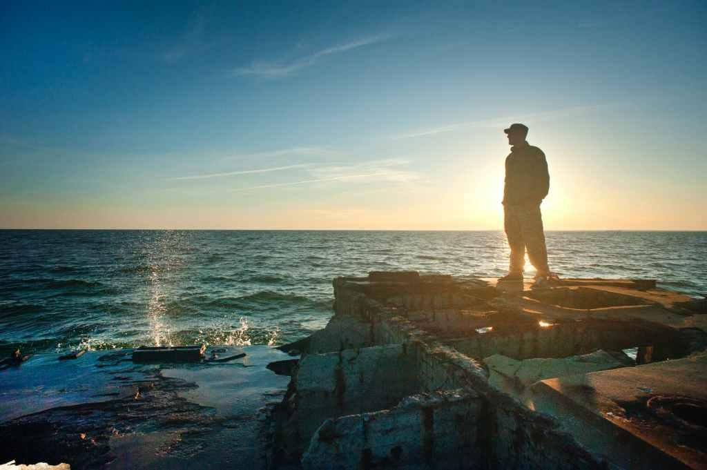 Denizi izleyen adam