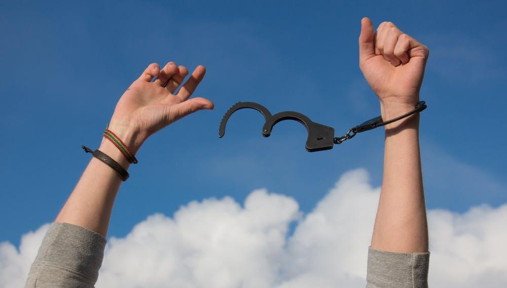 Kelepçelerden kurtulmuş eller